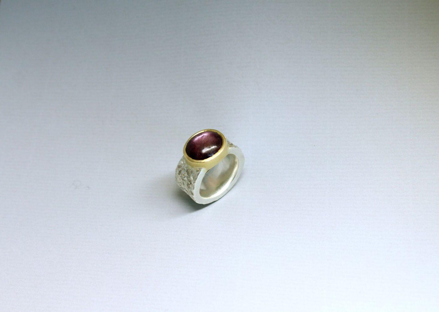 Rustikaler Ring mit Stern Rubin